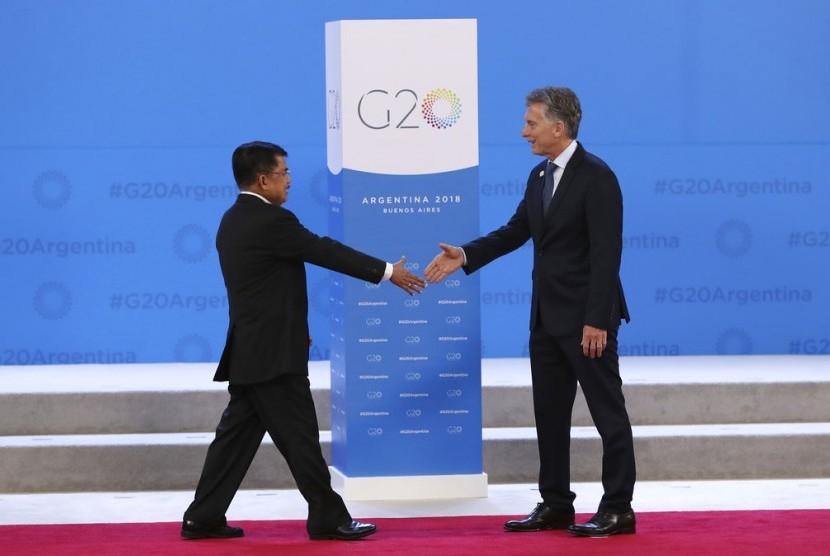 Wakil Presiden Jusuf Kala berjalan menyambut salam Presiden Argentina Mauricio Macri pada KTT G20 di Buenos Aires, Argentina, Jumat (30/11).