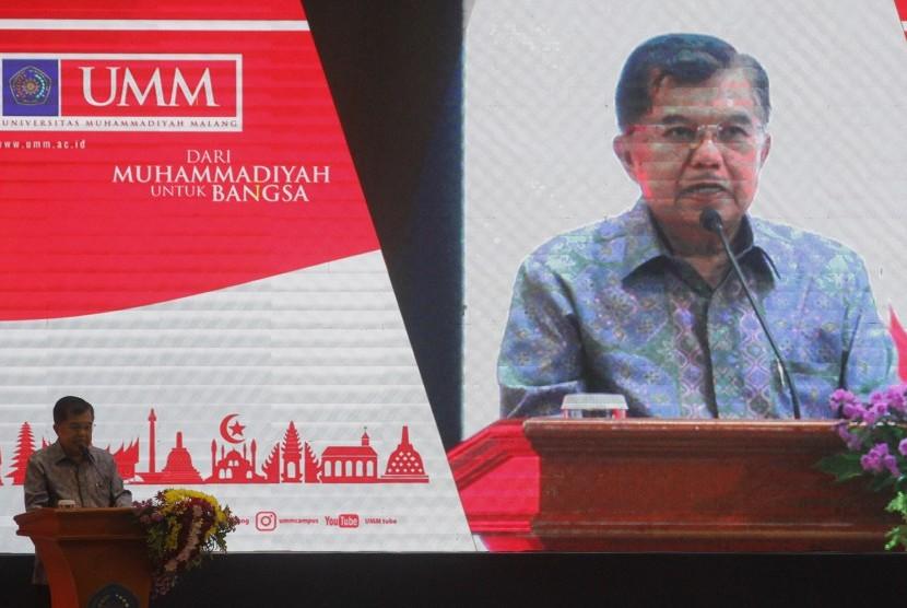 Wakil Presiden Jusuf Kalla berpidato sesaat sebelum membuka Festival Kebangsaan II di Universitas Muhammadiyah Malang (UMM) Dome, Malang, Jawa Timur, Sabtu (6/4/2019).