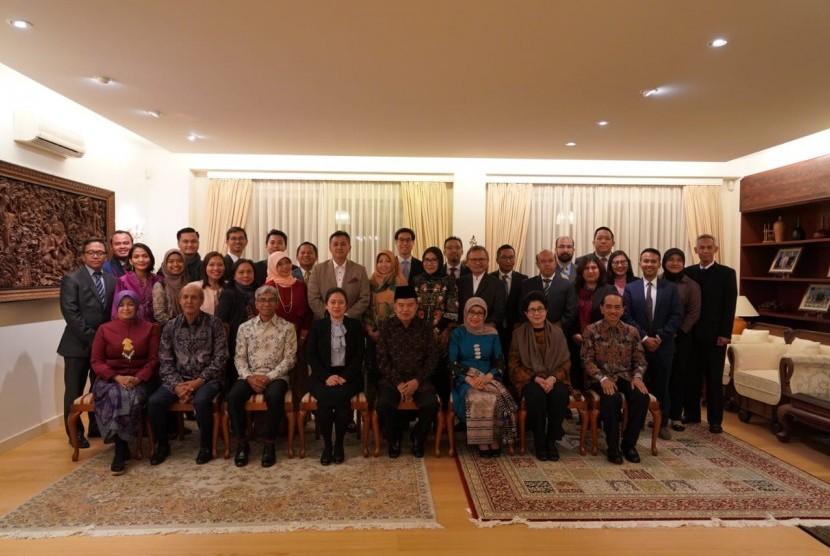 Wakil Presiden Jusuf Kalla dan Mufidah Jusuf Kalla saat menghadiri buka puasa bersama dengan para warga negara Indonesia (WNI) yang berada di Jenewa, Swiss, Kamis (16/5).