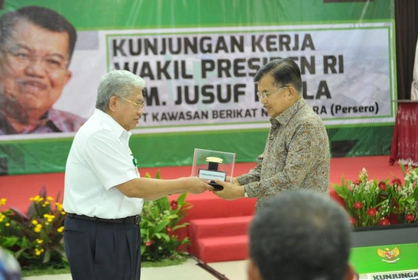 Wakil Presiden Jusuf Kalla di sela kunjungannya meninjau Kawasan Berikat Nusantara di Cakung-Cilincing, Jakarta, Selasa (23/4).