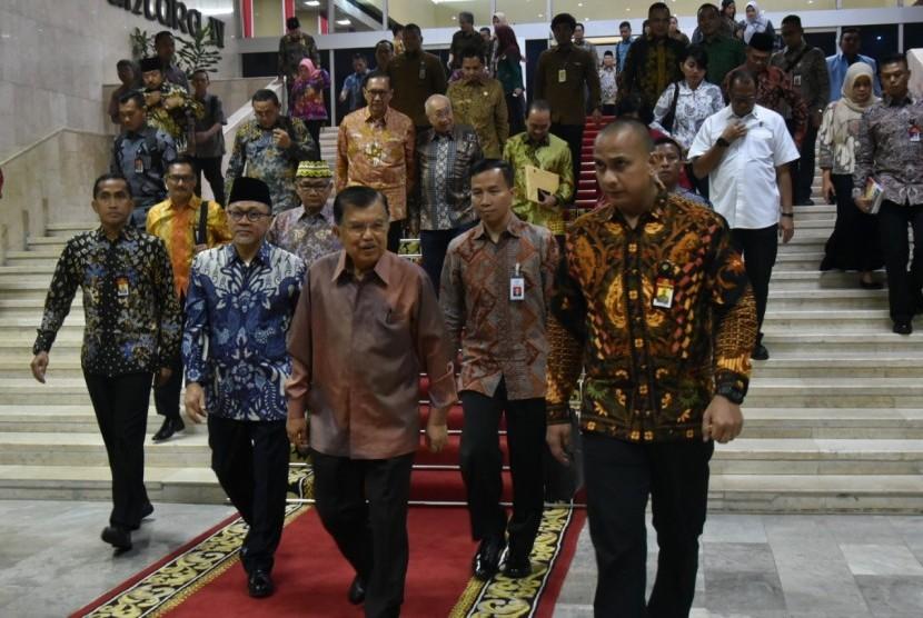 Wakil Presiden Jusuf Kalla didampingi Ketua MPR Zulkifli Hasan saat menghadiri acara peringatan Hari Konstitusi di Gedung Nusantara IV, Komplek Parlemen, Senayan, Jakarta, Ahad (18/8).