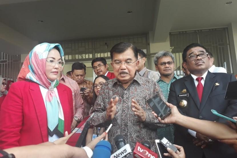 Vice President Jusuf Kalla (center)