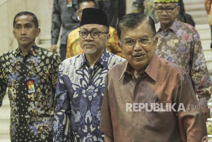 Wakil Presiden Jusuf Kalla (kanan) dan Ketua MPR Zulkifli Hasan (tengah) berjalan keluar ruangan usai menghadiri peringatan Hari Konstitusi, di Gedung Nusantara, Jakarta Pusat, Ahad (18/8/2019).