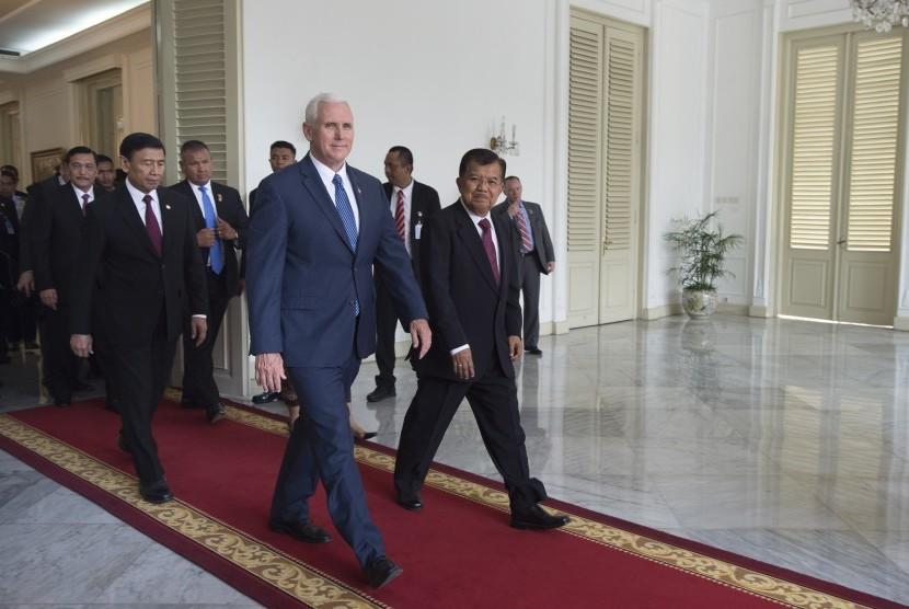 Wakil Presiden Jusuf Kalla (kanan) melepas Wakil Presiden Amerika Serikat (AS) Michael R. Pence (kiri depan) usai pertemuan bilateral di Istana Wakil Presiden, Jakarta, Kamis (20/4).