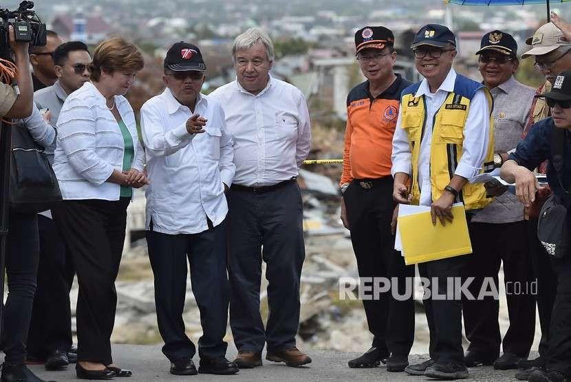 Wakil Presiden Jusuf Kalla (kedua kiri) berbincang dengan Sekjen PBB Antonio Guterres (ketiga kiri), CEO Bank Dunia Kristalina Georgieva dan Kepala BNPB Willem Rampangilei (ketiga kanan) ketika meninjau lokasi terdampak gempa dan pencairan tanah (likuifaksi) di Balaroa, Palu, Sulawesi Tengah, Jumat (12/10).