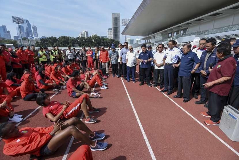 Wakil Presiden Jusuf Kalla (keempat kanan) didampingi Gubernur DKI Jakarta Anies Baswedan (kelima kanan), Ketua Umum PB PASI Mohamad Bob Hasan (kanan), Menpora Imam Nahrawi (kedua kanan), Ketua Inasgoc Erick Thohir (ketujuh kanan), dan CdM Asian Games Komjen Pol Syafruddin (ketiga kanan) melihat Pelatnas Atletik saat mengunjungi Stadion Madya di Kompleks Gelora Bung Karno, Jakarta, Jumat (3/8).