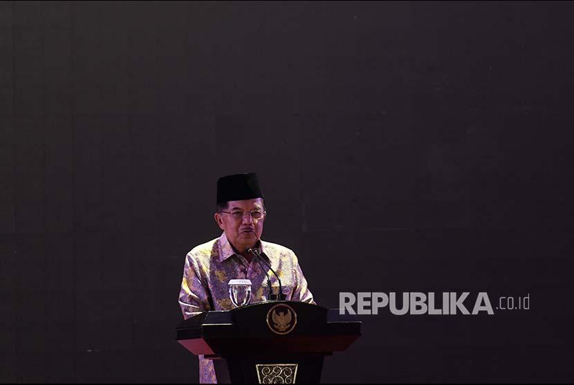 Wakil Presiden Jusuf Kalla memberikan kata sambutan ketika pembukaan Tanwir 1 'Aisyiyah di Universitas Muhammadiyah Surabaya, Jawa Timur, Jumat (19/1). Tanwir Aisyiyah yang digelar hingga 21 Januari 2018 tersebut mengangkat tema 'Gerakan Pemberdayaan Ekonomi Perempuan Pilar Kemakmuran Bangsa'.