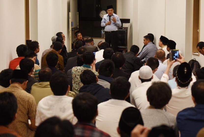 Wakil Presiden Jusuf Kalla memberikan tausyiah usai menunaikan Salat Tarawih di Masjid Indonesia Tokyo, Meguro, Tokyo, Jepang, Ahad (4/6) (ilustrasi)
