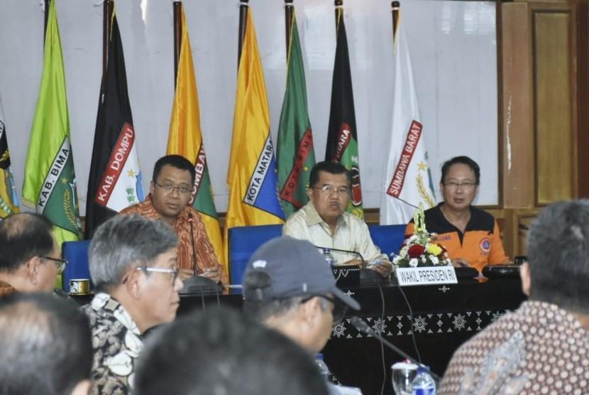 Wakil Presiden Jusuf Kalla memimpin rapat koordinasi rehabilitasi dan rekonstruksi di Kantor Gubernur NTB, Ahad (4/11).