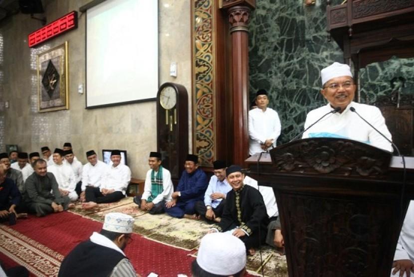 Wakil Presiden Jusuf Kalla, mendengarkan tausiah Ustaz Abdul Somad di Masjid Sunda Kelapa, Ahad (4/2)