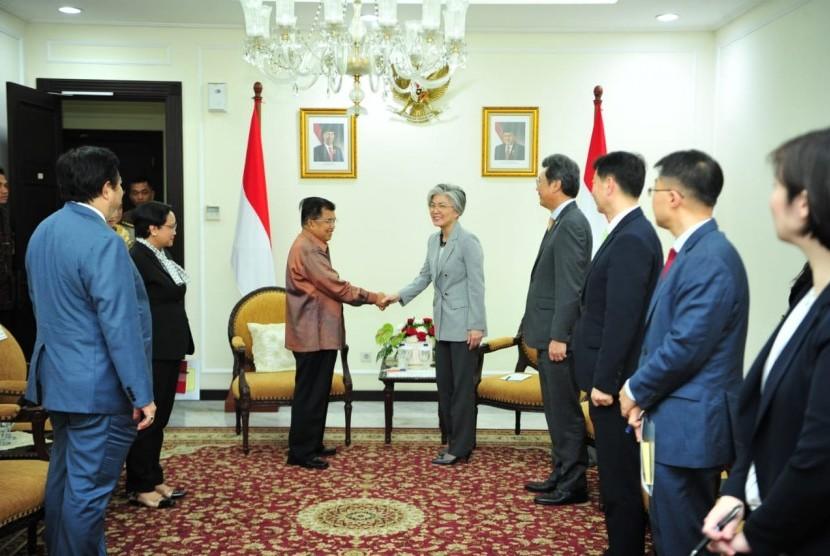 Wakil Presiden Jusuf Kalla menerima kunjungan kehormatan Menteri Luar Negeri Korea Selatan, Kang Kyung Wha di Kantor Wakil Presiden, Jakarta Pusat, Senin (8/4).