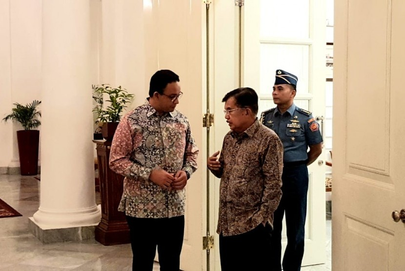 Wakil Presiden Jusuf Kalla  mengantar Gubernur DKI Anies Baswedan ke Balaikota usai bersama sama  meninjau Kawasan Berikat Nusantara ( KBN ) di Jalan Raya Cakung, Cilincing, Jakarta Utara, Selasa (23/04)