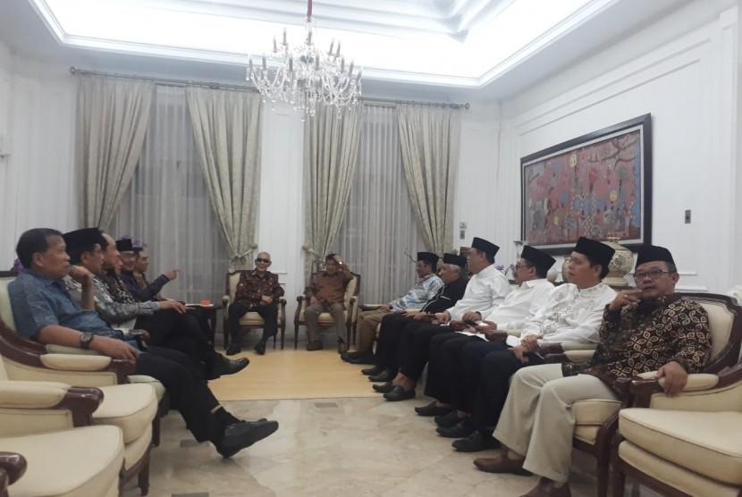 Wakil Presiden Jusuf Kalla menggelar pertemuan dengan tokoh-tokoh dalam rangka persatuan bangsa di rumah dinas Wapres di Jalan Diponegoro, Menteng, Jakarta, Kamis (23/5).  F