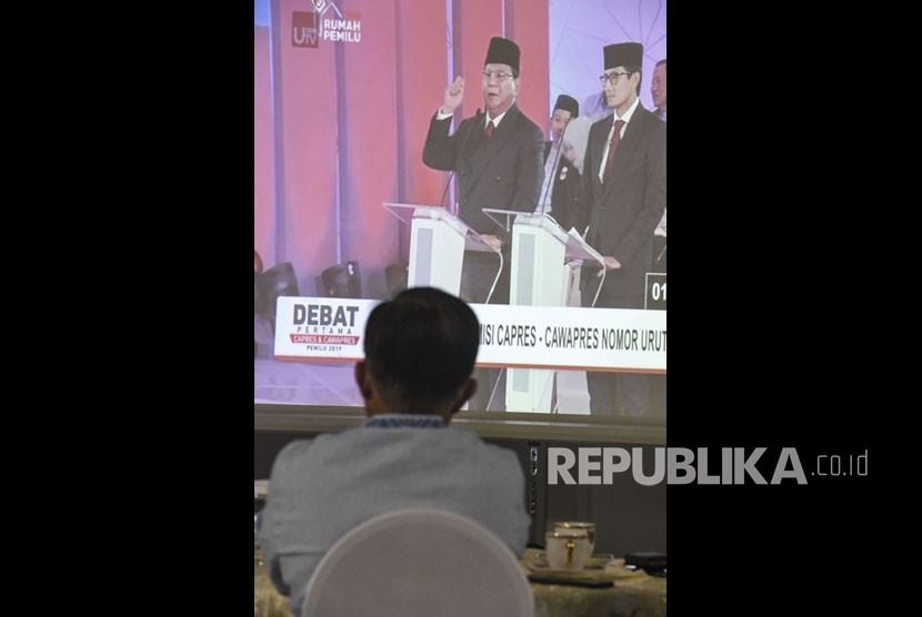 Wakil Presiden Jusuf Kalla menyaksikan siaran langsung Debat Pertama Capres & Cawapres 2019 di rumah dinasnya di Jalan Diponegoro, Jakarta, Kamis (17/1/2019).