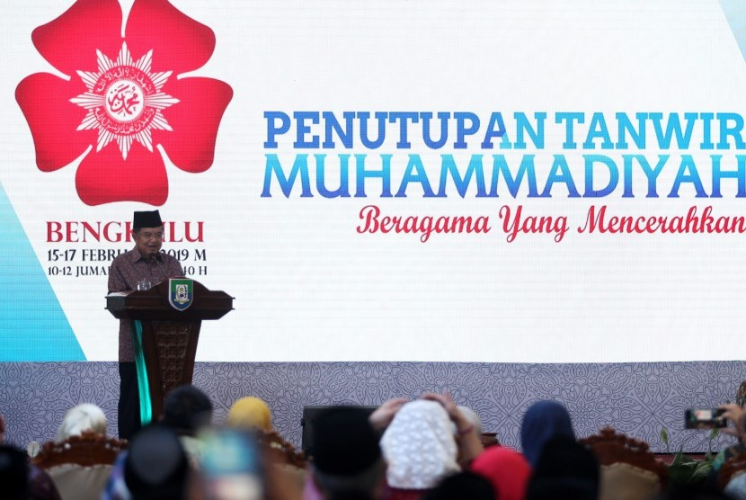 Vice President Jusuf Kalla delivers his speech at the closing of Muhammadiyah Tanwir (meeting) 2019 at the Bengkulu Governor's Mansion on Sunday.