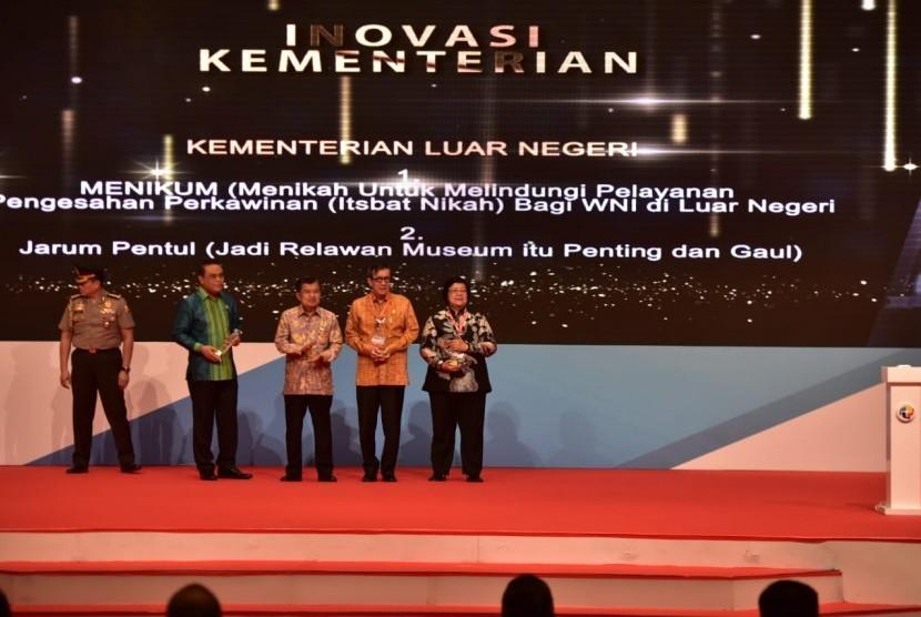 Wakil Presiden Jusuf Kalla menyerahkan penghargaan Top 40 Inovasi Pelayanan Publik 2018 kepada Menteri Lingkungan Hidup dan Kehutanan Siti Nurbaya