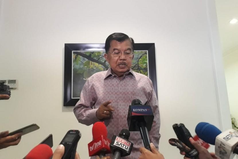 Wakil Presiden Jusuf Kalla saat diwawancarai wartawan di Kantor Wakil Presiden, Jalan Medan Merdeka Utara, Jakarta, Selasa (19/2).