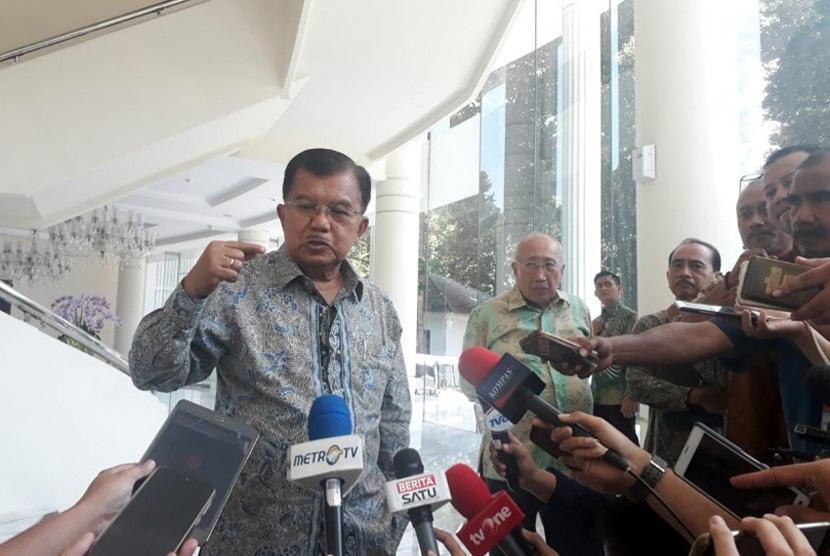 Wakil Presiden Jusuf Kalla saat diwawancarai wartawan di Kantor Wakil Presiden, Jakarta, Selasa (26/3).