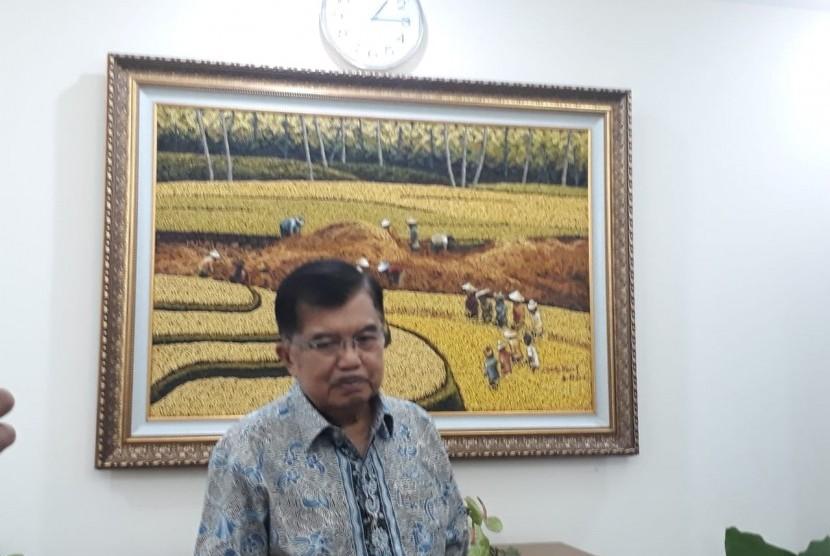 Wakil Presiden Jusuf Kalla saat diwawancarai wartawan di Kantor Wakil Presiden, Jakarta, Selasa (21/5).