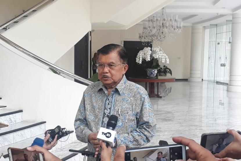 Wakil Presiden Jusuf Kalla saat diwawancarai wartawan di Kantor Wakil Presiden, Jakarta, Selasa (13/8).