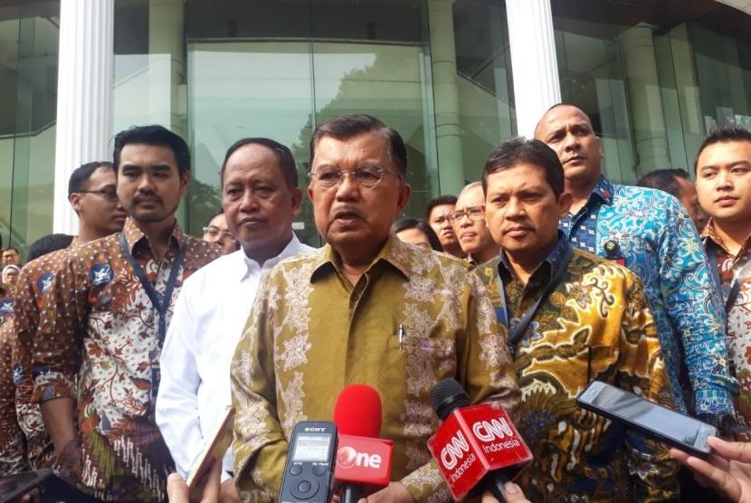 Wakil Presiden Jusuf Kalla saat diwawancarai wartawan di Kantor Wakil Presiden, Jakarta, Senin (19/8).