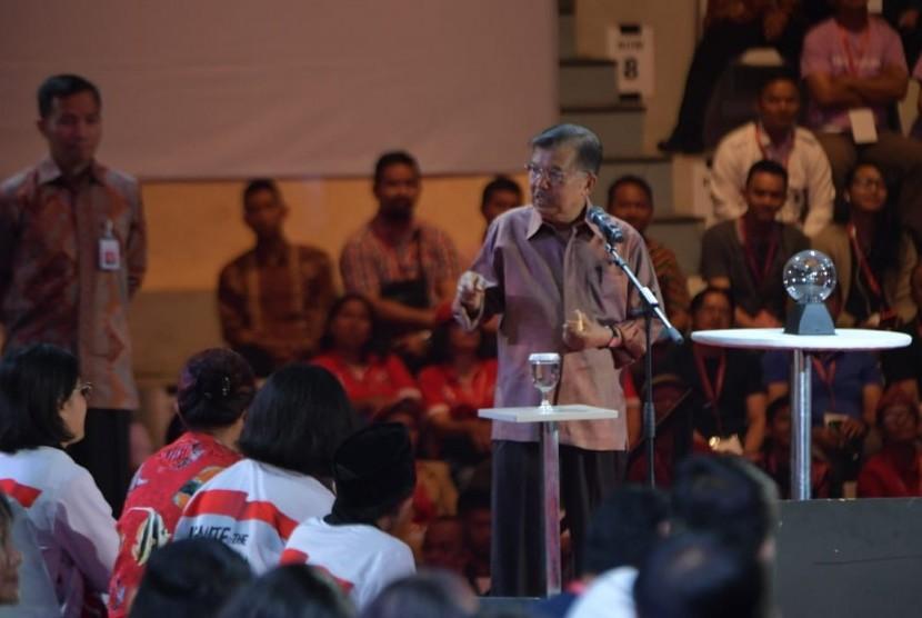 Wakil Presiden Jusuf Kalla saat menghadiri Ignite the Nation Gerakan 1000 Startup di Istora Senayan, Komplek Gelora Bung Karno, Ahad (18/8).