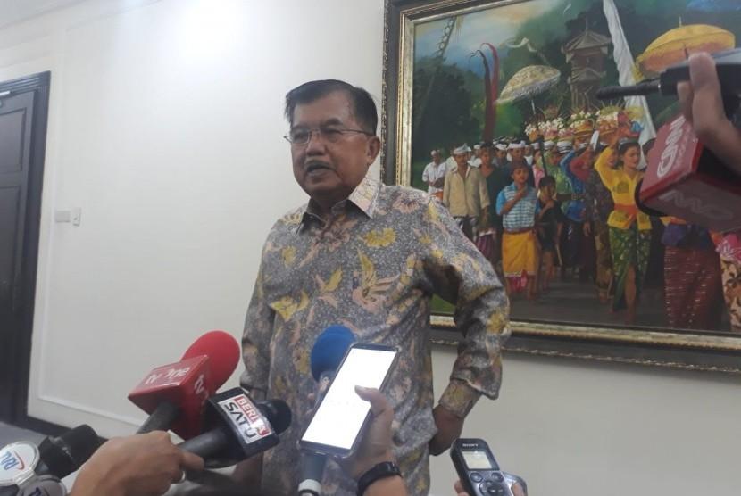Wakil Presiden Jusuf Kalla saat menjawab pertanyaan wartawan di Kantor Wakil Presiden, Jalan Medan Merdeka Utara, Jakarta, Rabu (6/2).