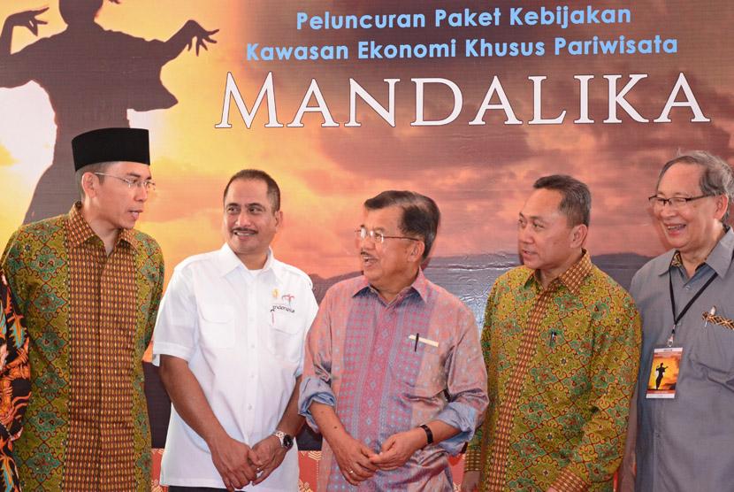 Wakil Presiden Jusuf Kalla (tengah) berbincang dengan Gubernur NTB, M Zainul Majdi ( kiri) didampingi Menteri Pariwisata, Arief Yahya (kedua kiri) saat peresmian Kawasan Ekonomi Khusus (KEK) Mandalika di Kuta, Praya, Lombok Tengah, NTB, Sabtu (12/12).