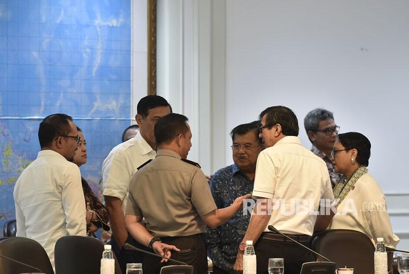 Wakil Presiden Jusuf Kalla (tengah) berbincang dengan sejumlah mentri sebelum rapat terbatas tentang penataan Tenaga Kerja Asing (TKA) di Kantor Presiden, Jakarta (ilustrasi)