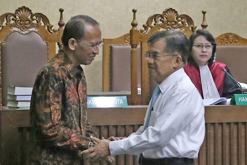 Wakil Presiden Jusuf Kalla (tengah) bersalaman dengan pemohon selaku terpidana kasus korupsi penyelenggaraan dana haji pada 2010-2013 dan penggunaan dana operasional menteri, Suryadharma Ali (kiri) usai memberikan kesaksian dalam sidang peninjauan kembali (PK) di Pengadilan Negeri Jakarta Pusat, Jakarta, Rabu (11/7).