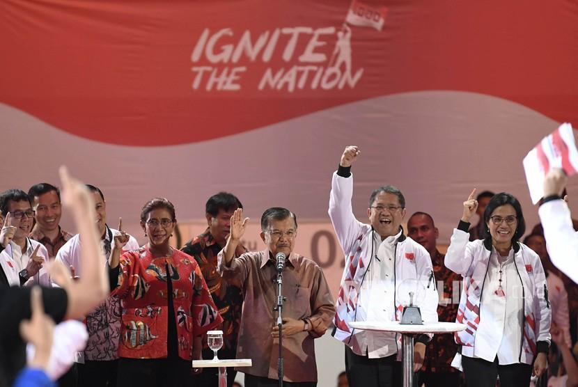 Wakil Presiden Jusuf Kalla (tengah) didampingi Menkominfo Rudiantara (kedua kanan), Menteri Keuangan Sri Mulyani (kanan) dan Menteri Kelautan dan Perikanan Susi Pudjiastuti (ketiga kiri) meluncurkan Ignite the Nation-Gerakan Nasional 1000 Startup Digital Satu Indonesia di Istora Senayan, Jakarta, Ahad (18/8/2019).