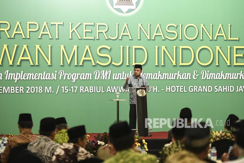 Wakil Presiden Jusuf Kalla yang juga Ketua Umum Dewan Masjid Indonesia (DMI) memberikan sambutan saat penutupan Rakernas Dewan Masjid Indonesia di Jakarta, Ahad (25/11/2018).