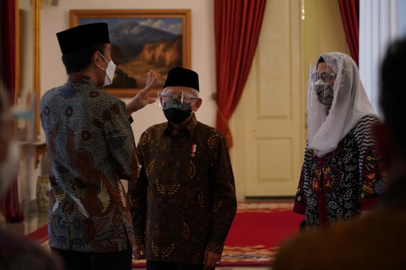 Wakil Presiden Maruf Amin mendampingi Presiden Joko Widodo saat meresmikan peluncuran Gerakan Nasional Wakaf Uang dan Brand Ekonomi Syariah di Istana Negara, Jakarta, Senin (25/1).