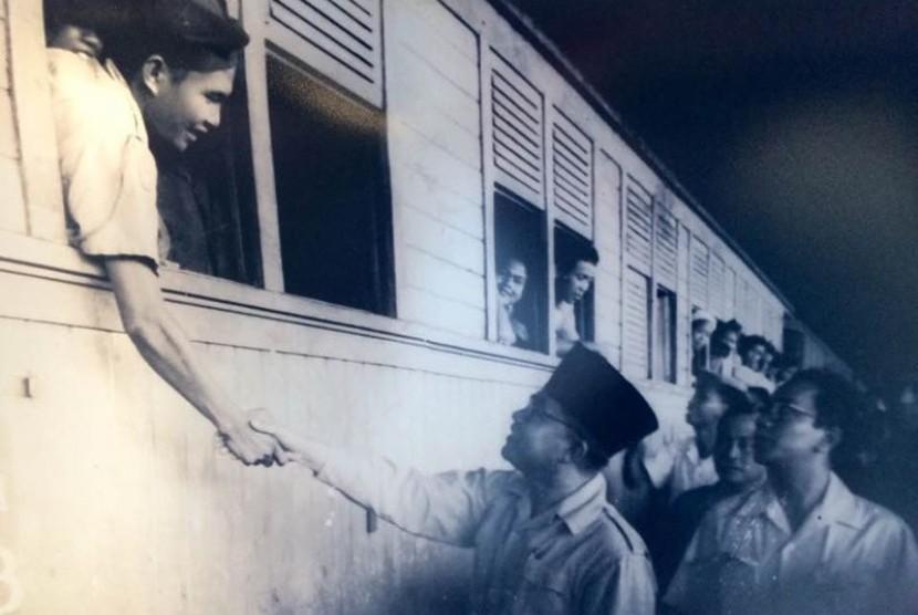 Wakil Presiden Moh Hatta di stasiun Yogyakarta menyambut pejuang Siliwangi yang melakukan hijrah.