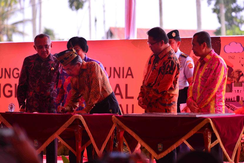 Wakil Presiden RI, H.M. Jusuf Kalla, Menandatangani Sampul Peringatan dan Prasasti Peresmian Taman Nasional Zamrud pada Puncak Peringatan Hari Lingkungan Hidup Sedunia Tahun 2016 di Siak, Prov. Riau, Jum'at, (22/7).