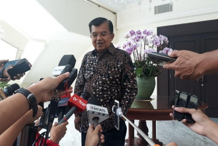 Wakil Presiden RI Jusuf Kalla saat diwawncarai di Kantr Wakil Presiden, Jakarta, Selasa (19/3).