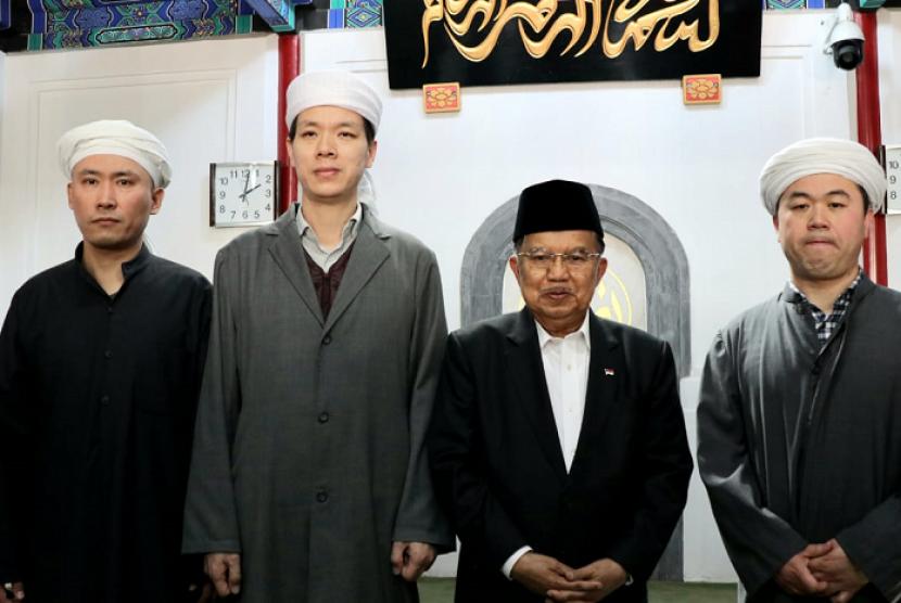 Wakil Presiden (Wapres) Jusuf Kalla melaksanakan sholat Jum'at bersama dengan jamaah muslim lainnya di Masjid Dongzhimen, Jum'at (26/4).