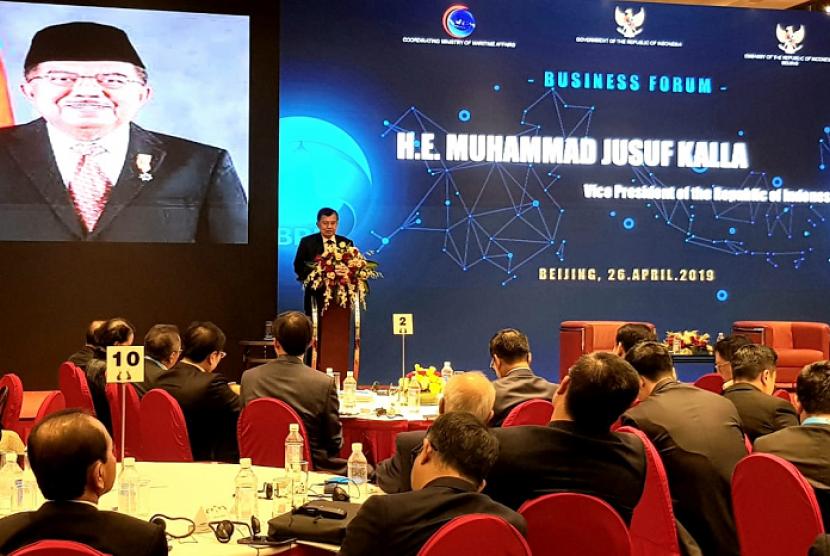 Wakil Presiden (Wapres) Jusuf Kalla saat memberikan pidato kunci pada Business Forum di Hotel Kempinski, Beijing, di sela-sela kunjungannya ke Cina, Jum'at Sore (26/4).