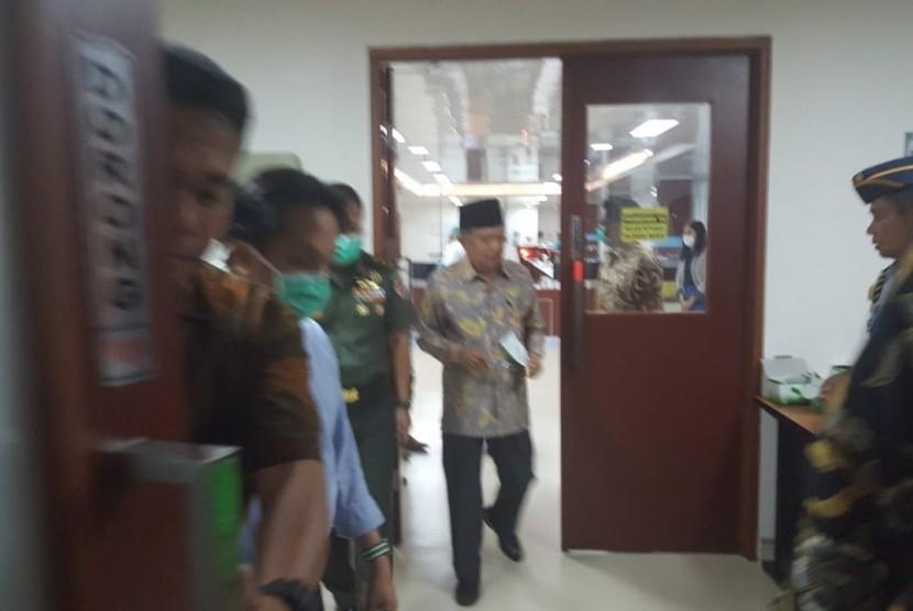 Wakil Presiden (Wapres) Jusuf Kalla saat menjenguk Presiden ke-3 Republik Indonesia, Bacharuddin Jusuf Habibie Habibie di Rumah Sakit Pusat Angkatan Darat (RSPAD) Gatot Soebroto, Jakarta, Selasa (10/9).