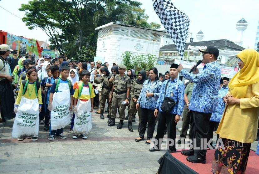 Wali Kota Bandung Oded M Danial melepas gerak jalan para pelajar sambil memungut sampah usai Pencanangan Gerakan Kurangi, Pisahkan dan Manfaatkan (Kang Pisman) di Cikapundung Riverspot, Kota Bandung, Rabu (17/10).