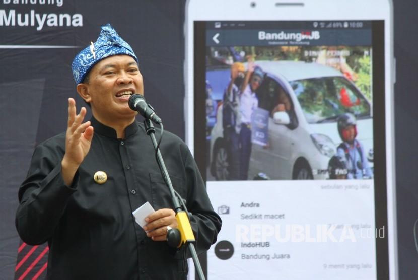 Wali Kota Bandung Oded M Danial menyampaikan sambutan usai memberikan secara simbolis hadiah Rp 500.000 bagi pengendara yang disiplin di persimpangan, di Taman Sejarah, Kota Bandung, Rabu (26/12).