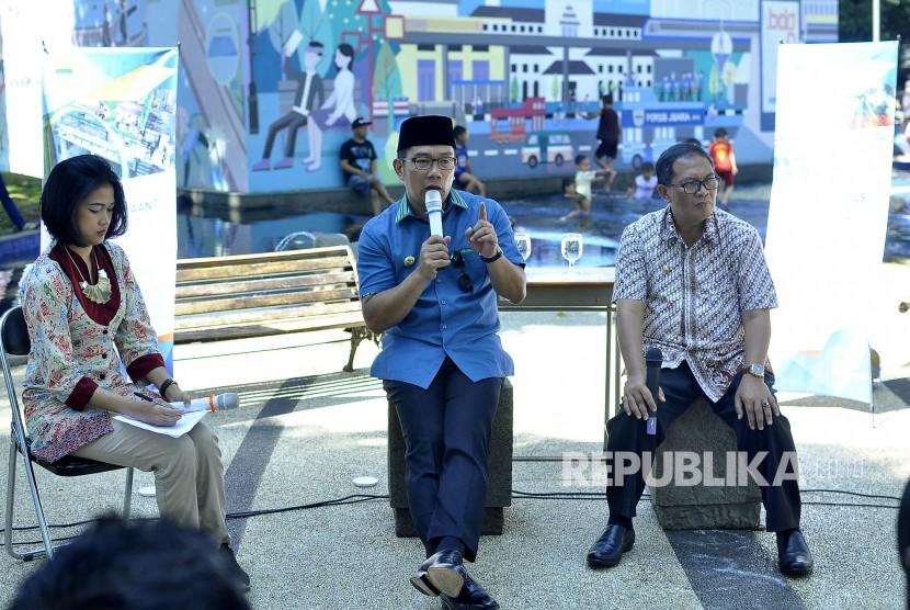 Wali Kota Bandung, Ridwan Kamil (tengah) menjelaskan paparannya didampingi Wakil Walikota Bandung, Oded M Danial saat acara Bandung Menjawab di Taman Sejarah Kota Bandung, Jalan Aceh, Kota Bandung, Kamis (18/5).