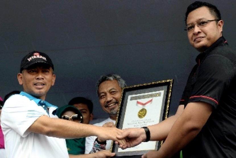Wali Kota Bekasi Rahmat Effendi (kiri).