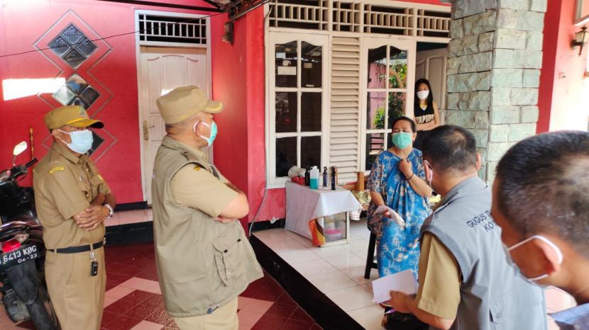 Wali Kota Bekasi, Rahmat Effendi kunjungi pasien isoman di wilayahnya dengan jarak yang dekat.