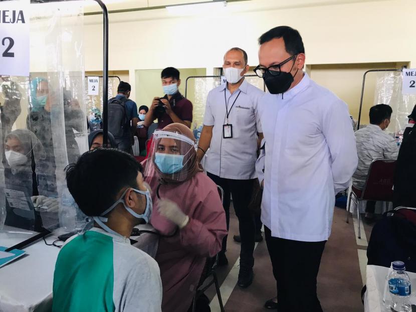 Wali Kota Bogor, Bima Arya Sugiarto memantau jalannya vaksinasi terhadap pedagang pasar di Pasar Kebon Kembang blok F, Kecamatan Bogor Tengah, Kota Bogor (ilustrasi)
