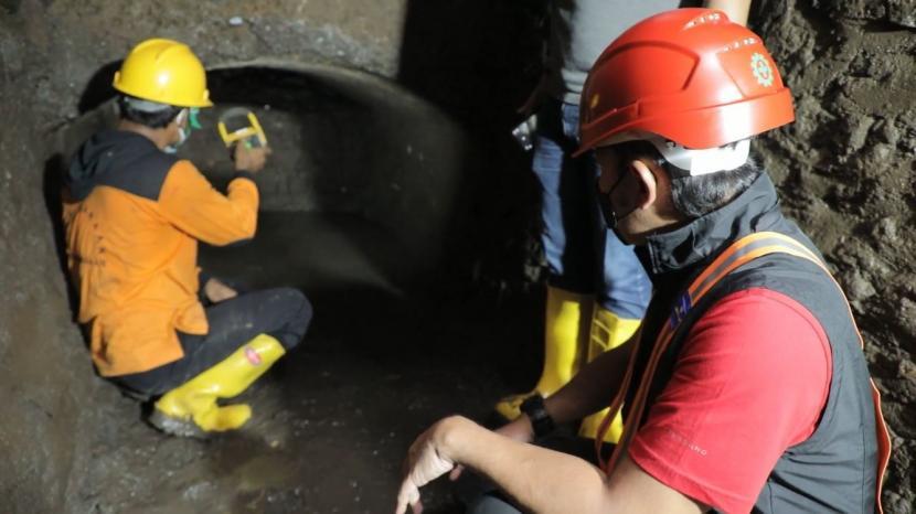 Wali Kota Bogor, Bima Arya Sugiarto memasuki gorong-gorong tempat penemuan terowongan kuno era Belanda di dekat Stasiun Bogor, Sabtu (23/10).