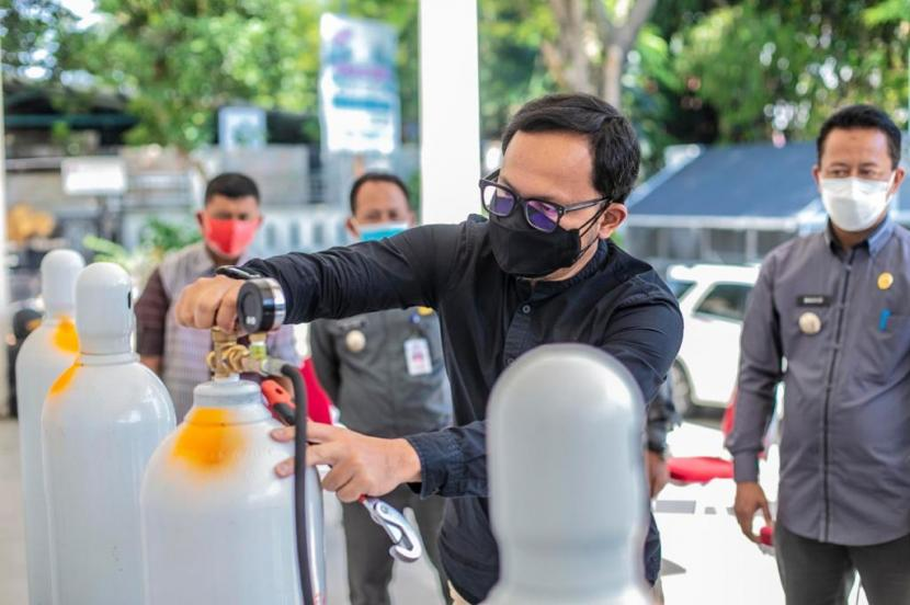 Wali Kota Bogor, Bima Arya Sugiarto mengecek ketersediaan oksigen di Kantor Kecamatan Bogor Utara, Kamis (29/7).