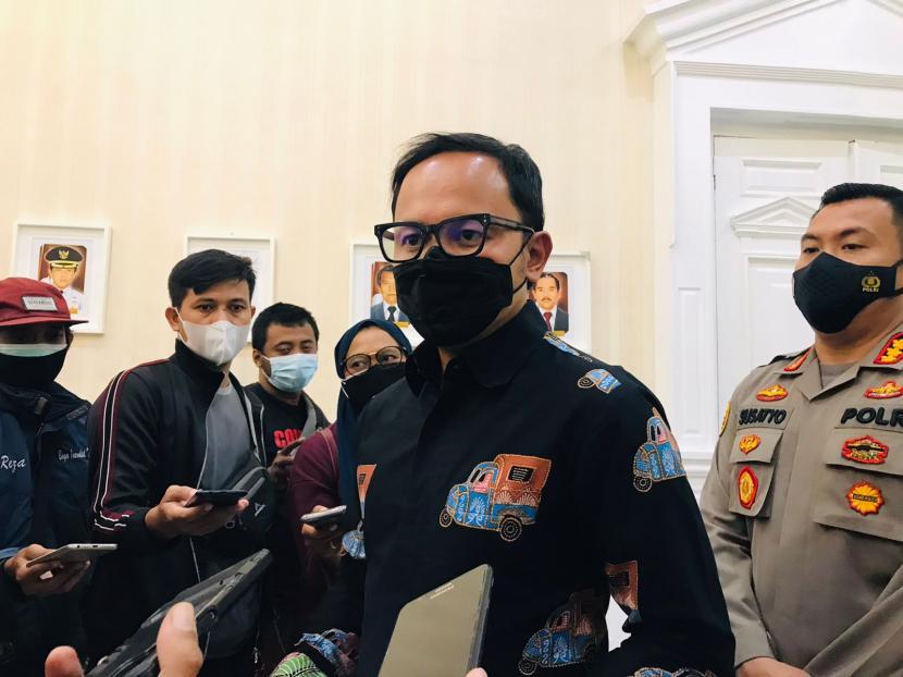 Wali Kota Bogor, Bima Arya Sugiarto usai menyampaikan hasil survey online terkait persepsi masyarakat Kota Bogor terhadap pandemi Covid-19 di Balai Kota Bogor, Ahad (15/8).