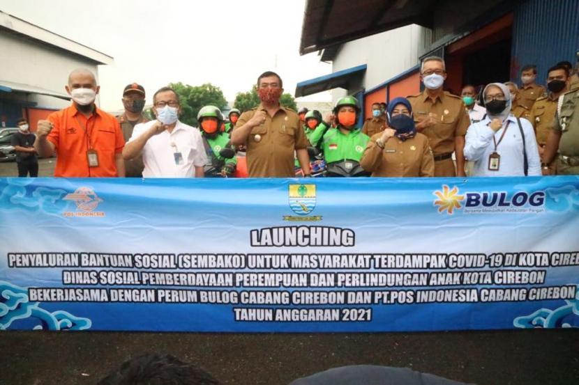 Wali Kota Cirebon, Nashrudin Azis, membuka secara perdana penyaluran paket sembako di Gudang Bulog Pegambiran, Kota Cirebon, Selasa (15/6). Ada 2.175 KPM yang menerima bantuan yang bersumber dari APBD Kota Cirebon 2021 tersebut