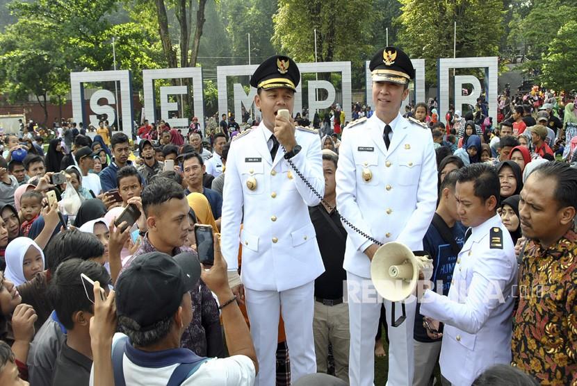 Wali Kota dan Wakil Wali Kota Bogor terpilih 2019-2024 Bima Arya (kiri) dan Dedie A. Rachim (kanan) menyapa warga Bogor saat inagurasi Pelantikan Wali Kota dan Wakil Wali Kota Bogor di Taman Sempur, Kota Bogor, Jawa Barat, Ahad (21/4/2019).